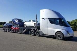 Tesla испытывает свой электрогрузовик, доставляя электрокары покупателям